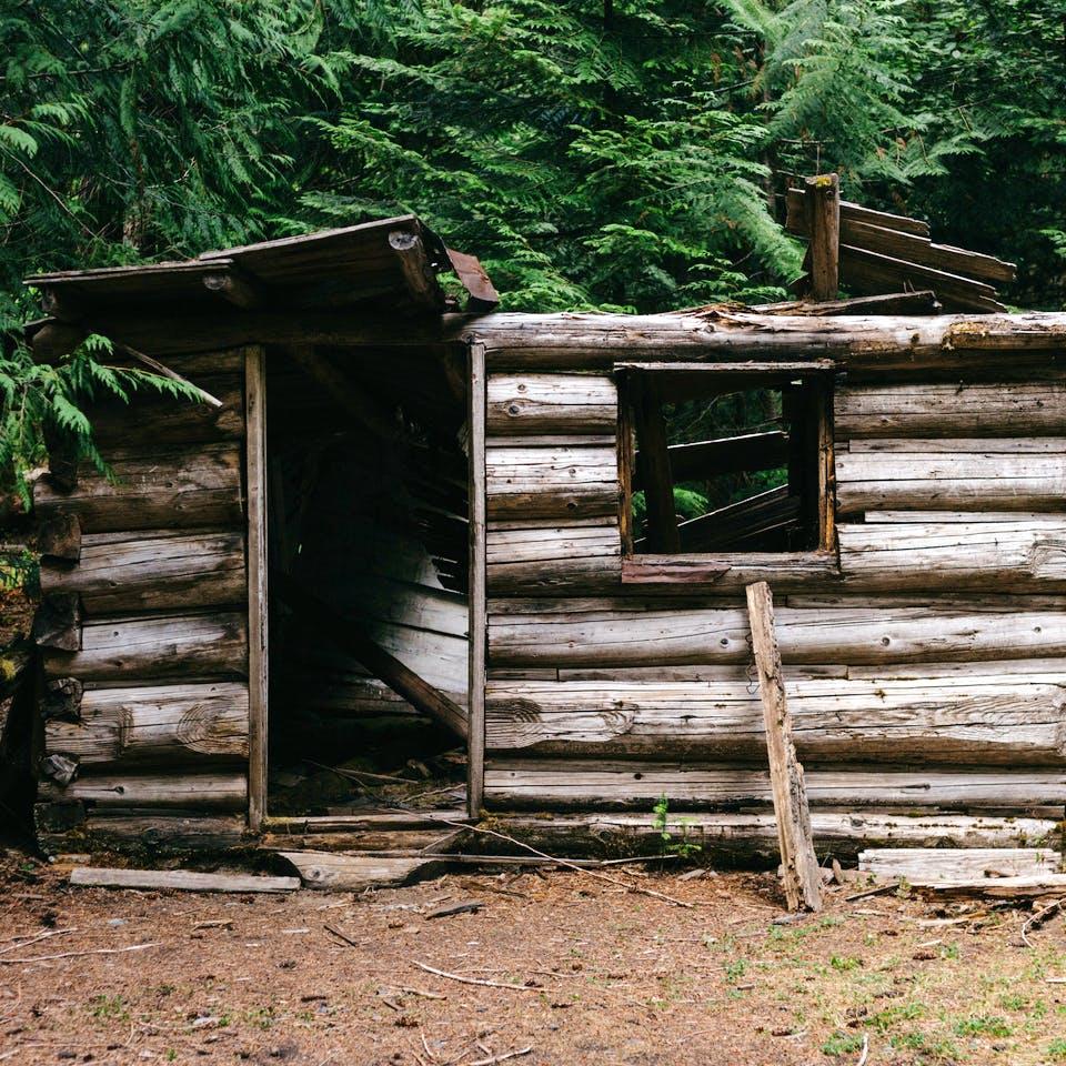 Eingestürzte Blockhütte