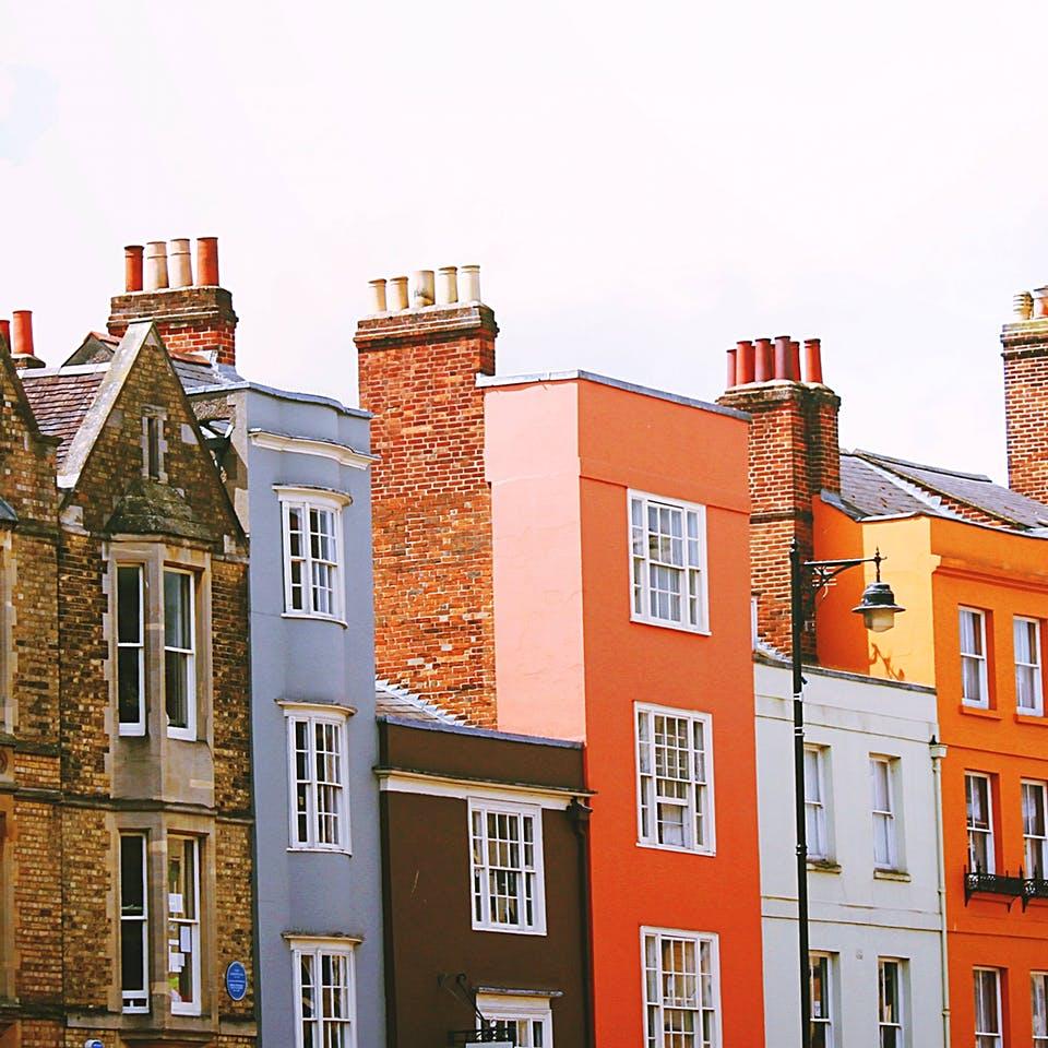 Verschieden bunte Häuserreihe
