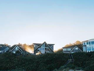 Einfamilienhäuser stehen auf einem Berg in der untergehenden Sonne