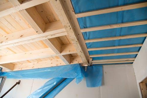Holzbalkendecke mit blauer Folie