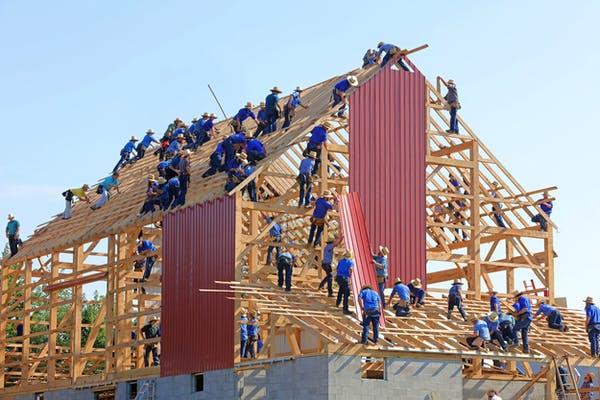Hausbau mit vielen Arbeitern