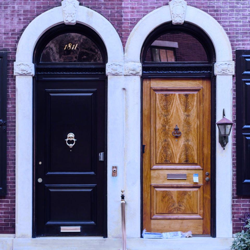 Eine dunkle und eine helle Holztür nebeneinander