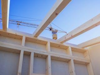 Holzhaus im Aufbau mit Kran