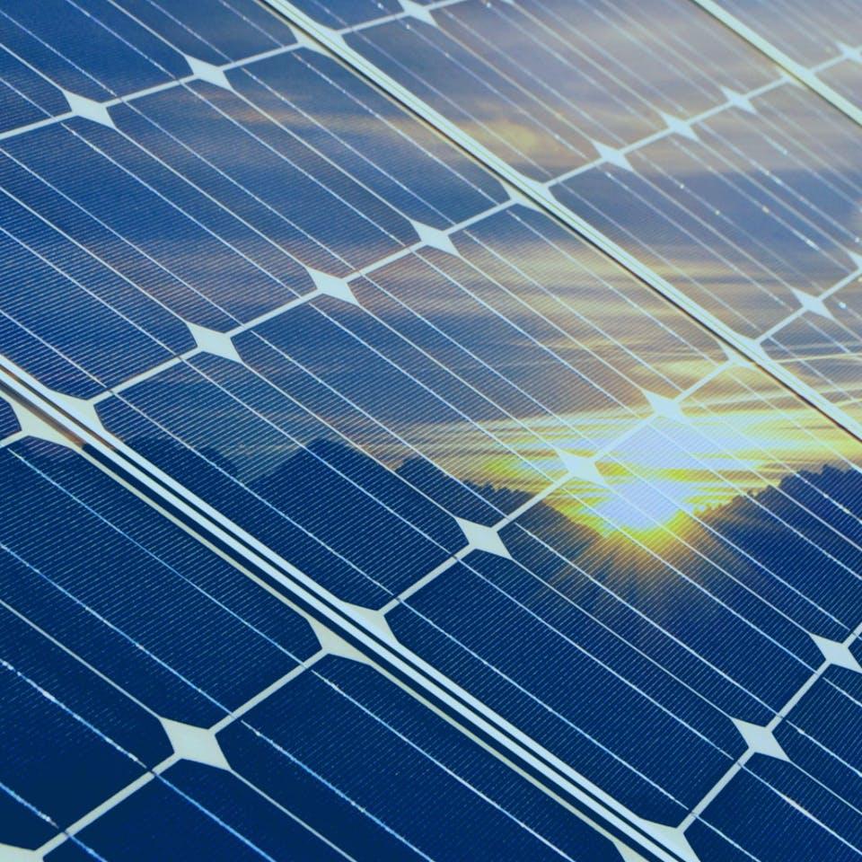 Solaranlage in der sich die Sonne spiegelt