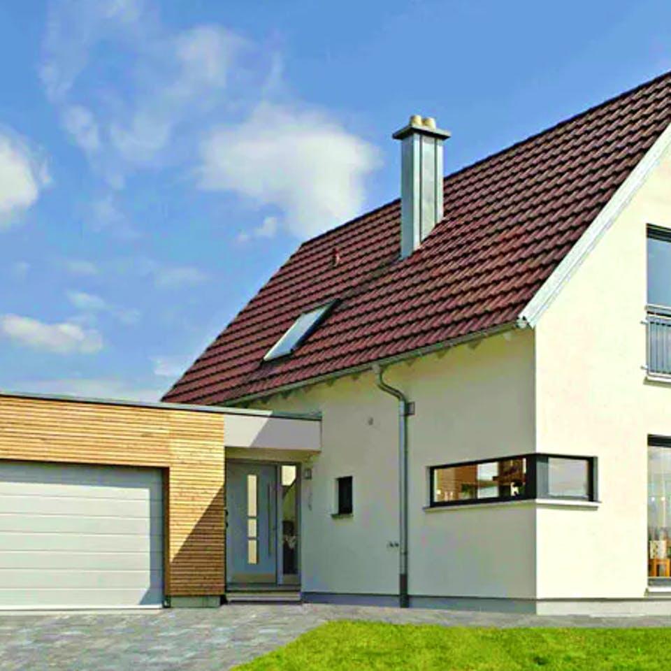 Einfamilienhaus mit angrenzender Garage mit Holzverkleidung