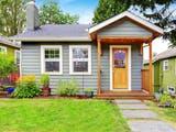Kleines Haus steht auf einem schmalen Grundstück