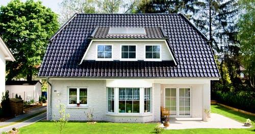 Häuser mit Krüppelwalmdach