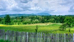 Großes Stück Land mit Holzzaun