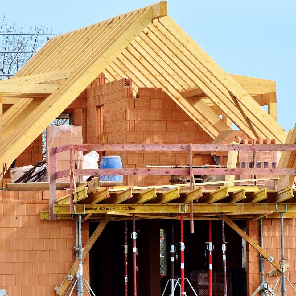 Massivhaus im Rohbau mit Dachstuhl