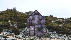 Haus aus Holz und Stein gebaut