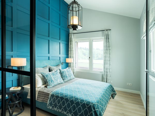 Designer-Schlafzimmer mit hoher Decke