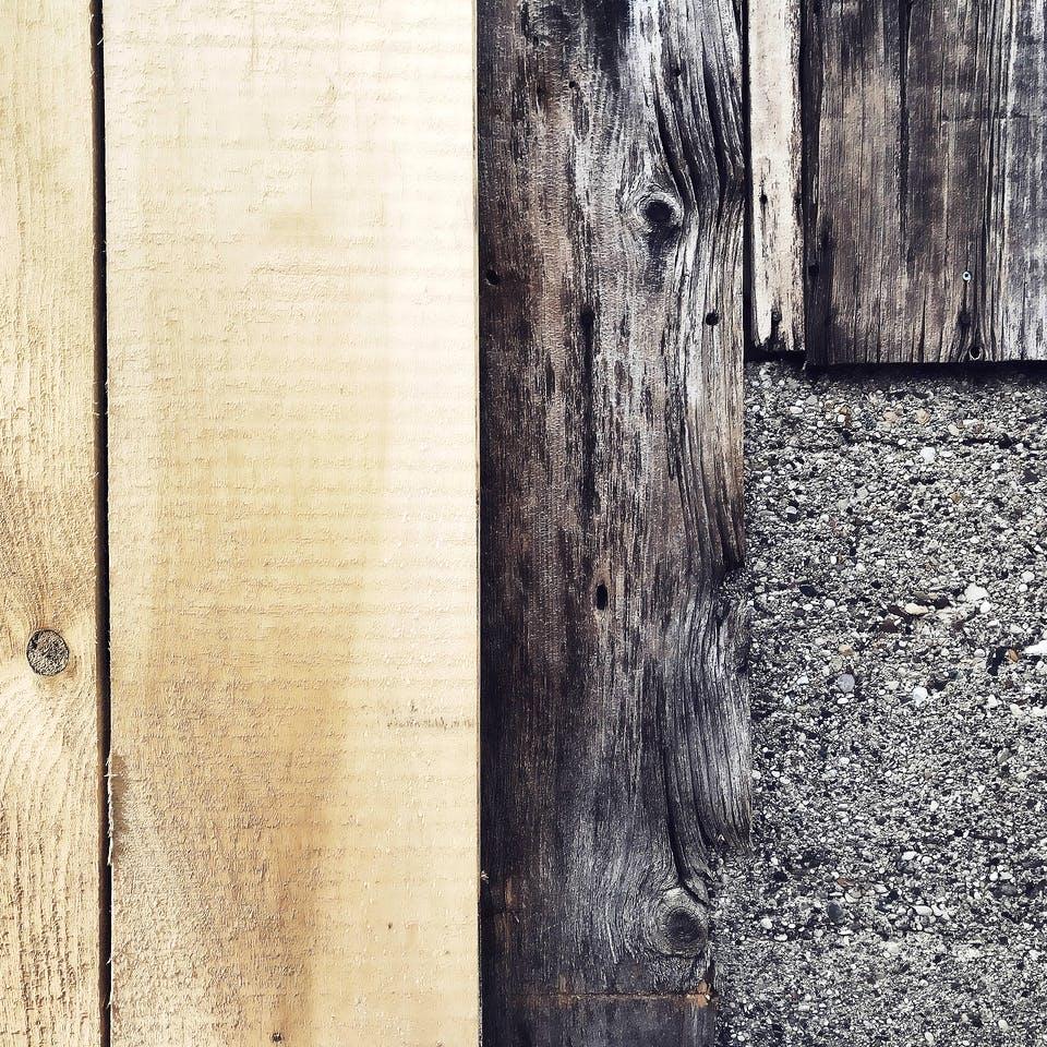 Neue Holzverkleidung neben einer alten Holzfassade