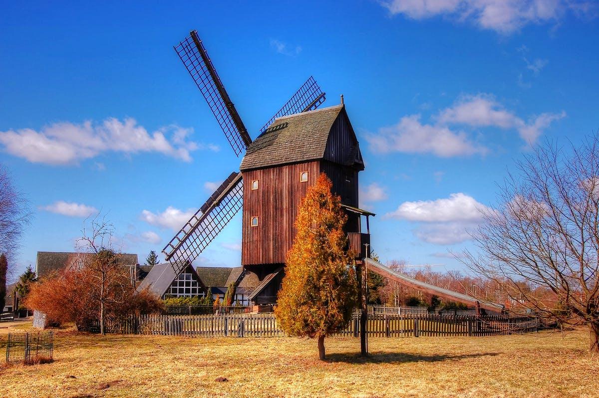 Ländliche Landschaft in Niedersachen mit Mühle