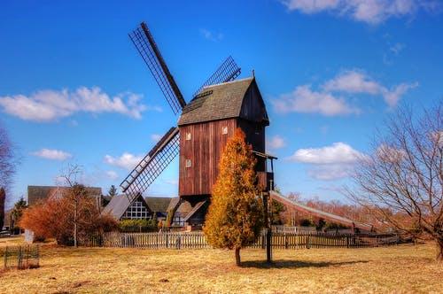 Windmühle steht in ländlicher Umgebung in Niedersachsen