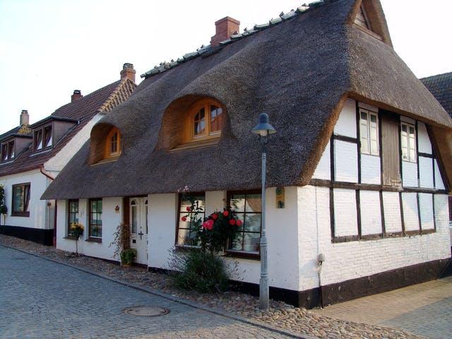 Älteres Haus mit Reetdach im nordischen Stil