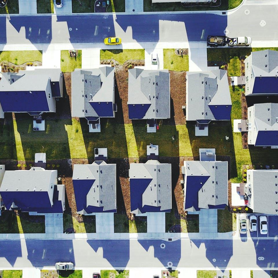 Wohnsiedlung von oben in offener Bauweise