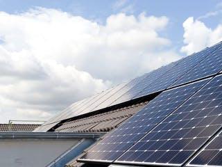 Dach eines Einfamilienhauses mit Photovoltaikanlage