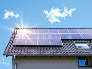 Photovoltaikanlage auf dem Dach eines Einfamilienhauses