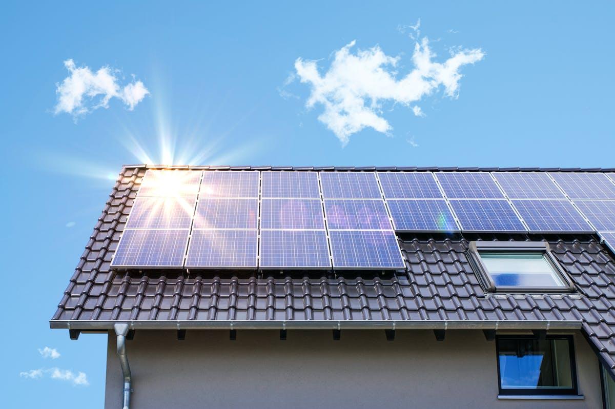 Haus mit Pultdach und Solaranlage