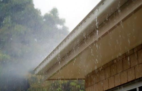 Regenrinne die im Starkregen überläuft