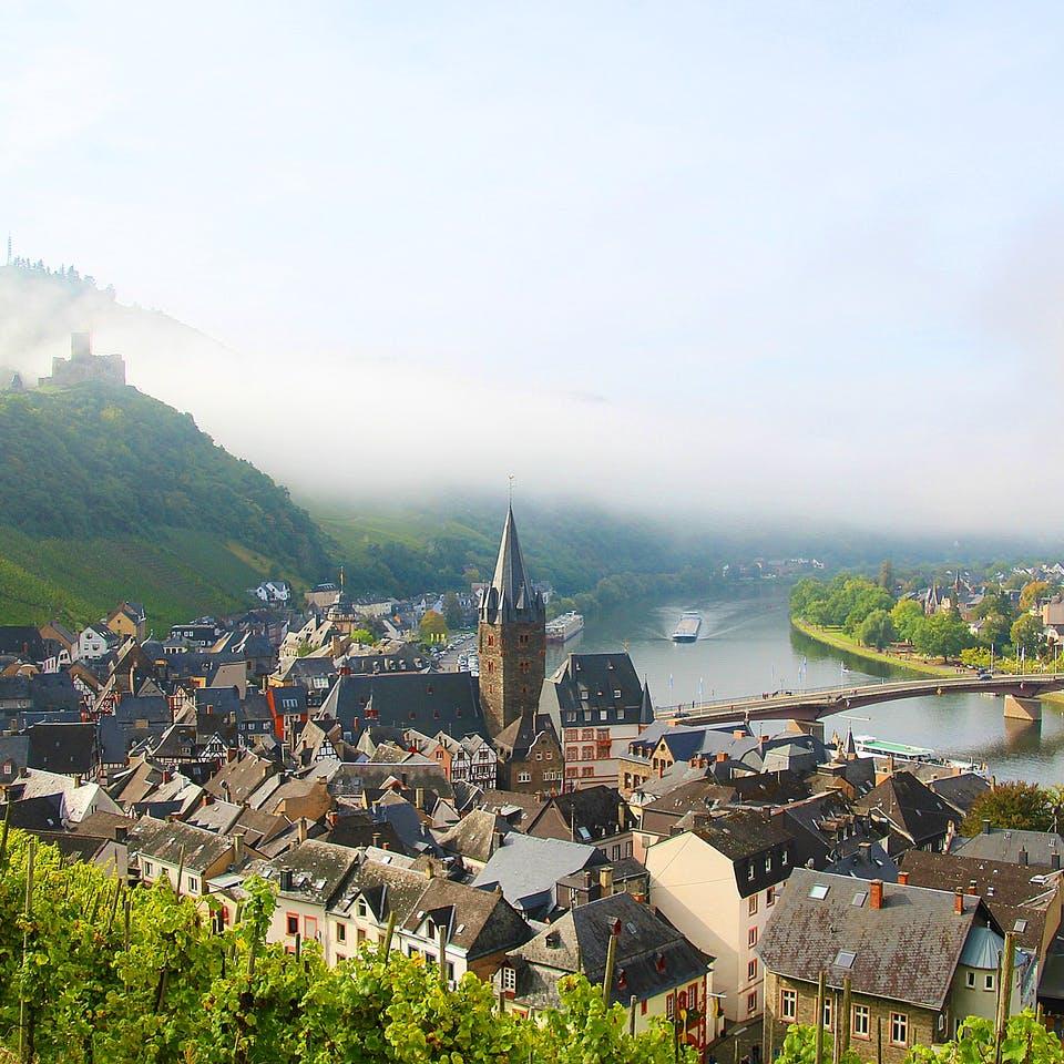 Kleine Stadt am Fluss und Weinanbaugebiet in Rheinland-Pfalz
