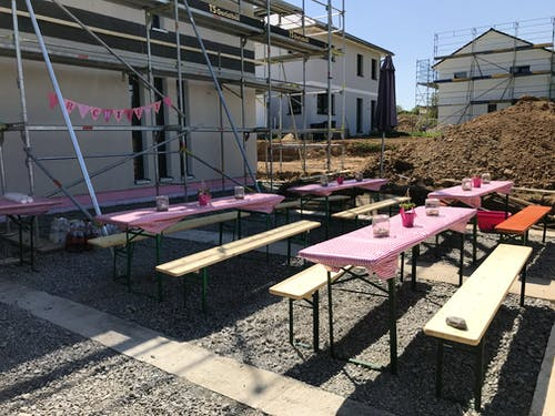 Biertische und Bänke mit rosa Deko beim Richtfest
