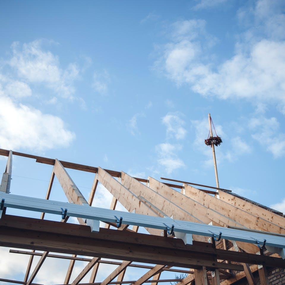 Richtkranz auf einem Dachstuhl