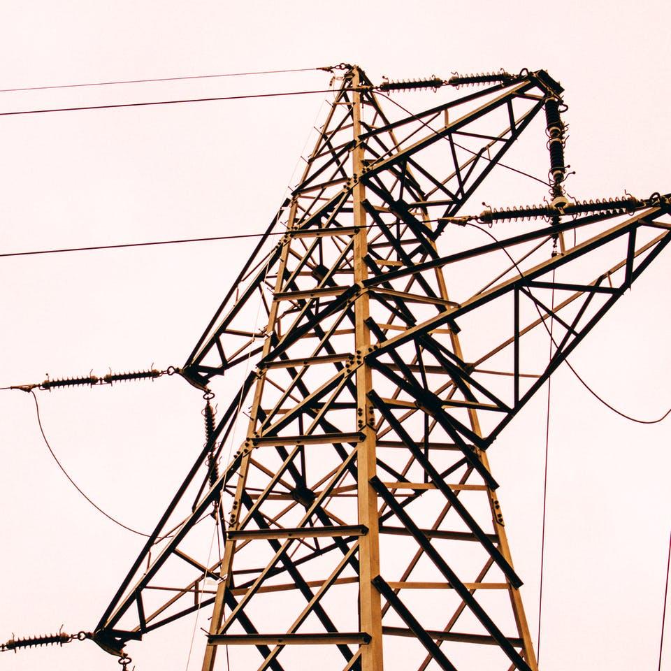 Stromleitung am  Hochleitungsmast