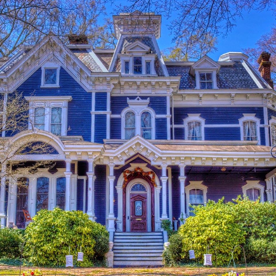 Alte amerikanische Südstaatenvilla in blau