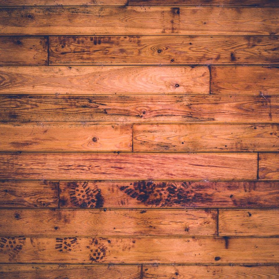 Dunkles, wärmebehandeltes Holz