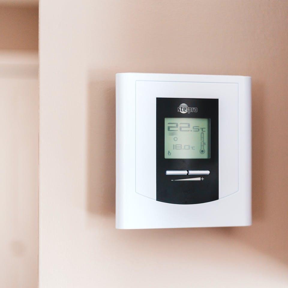 Thermostat an einer Wand