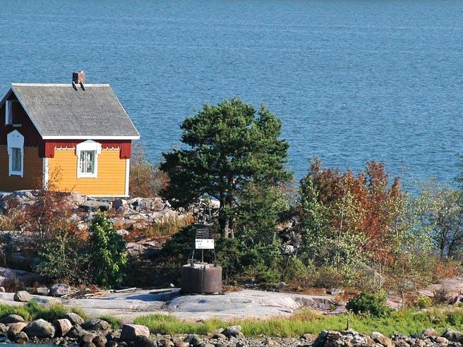 Winziges Tiny House auf kleiner Insel