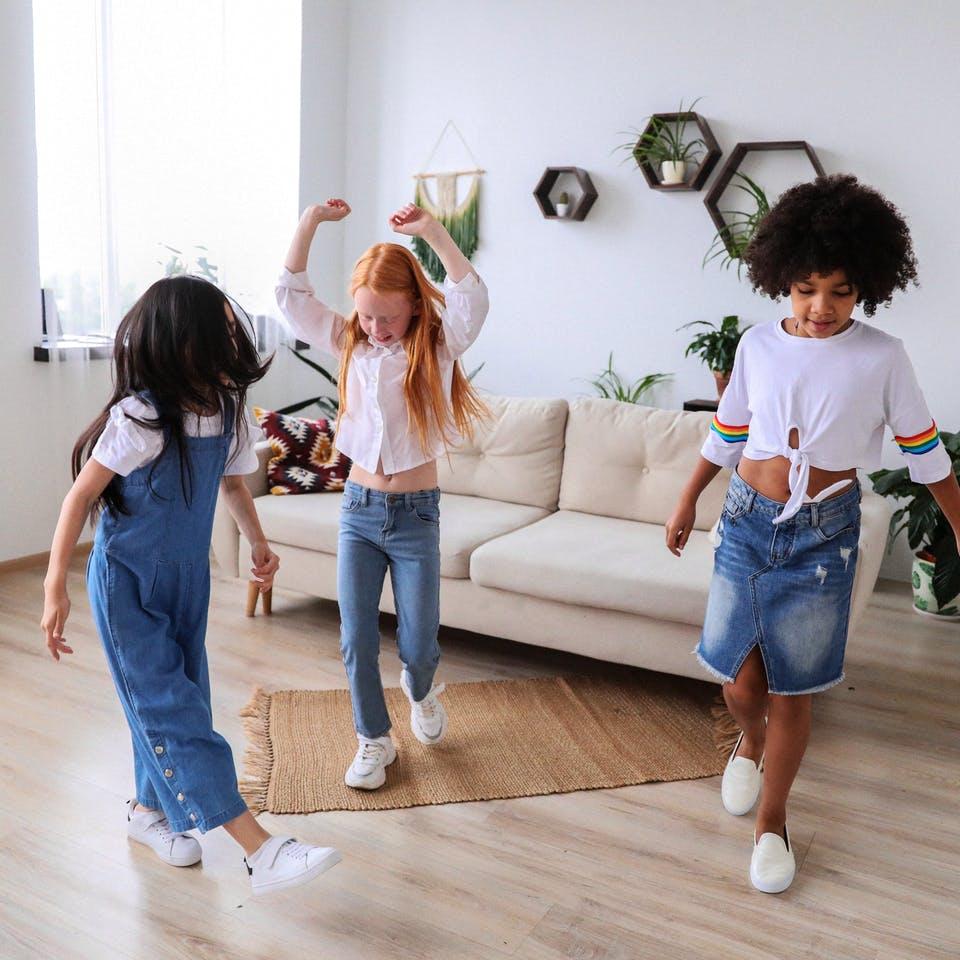 Kinder tanzen auf Fußboden