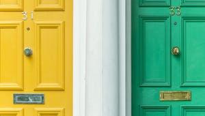 Eine gelbe neben einer grünen Eingangstür