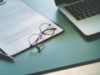 Vertrag mit Laptop und Brille