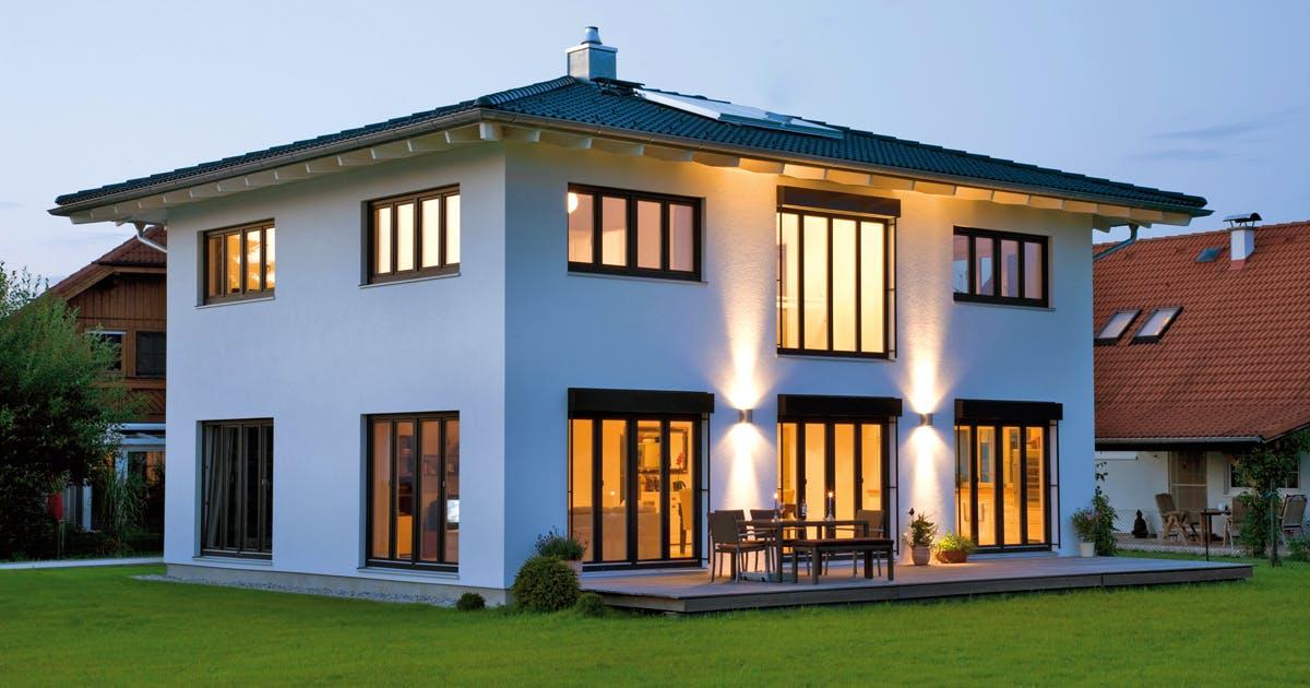 Weißes Haus mit einem dunklen Zeltdach, Außenansicht