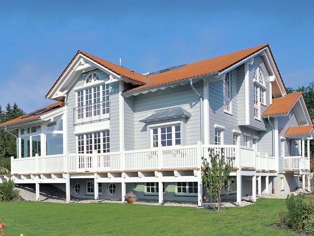 Haus mit Zwerchgiebeldach im amerikanischen Stil