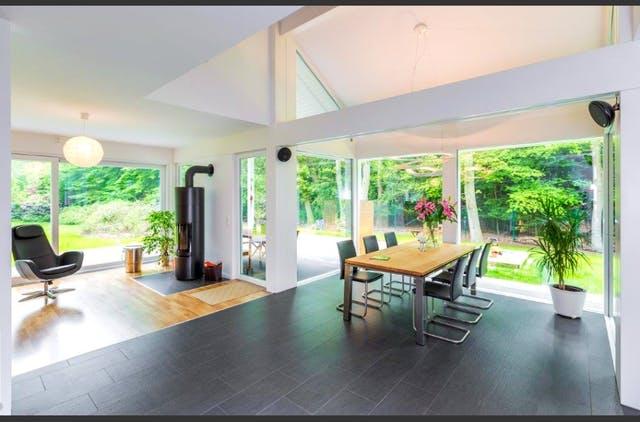 Inneneinrichtung eines modernen Fachwerkhauses aus Glas