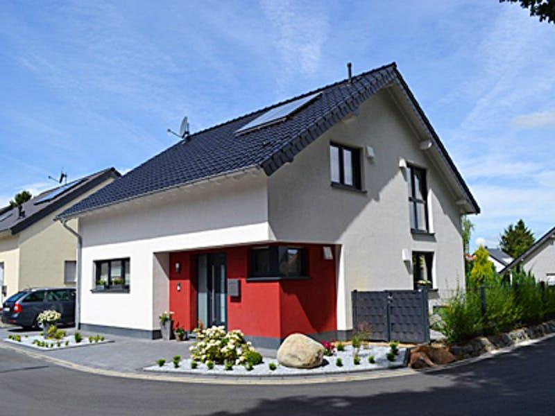 Rot weißes Satteldachhaus von AIM
