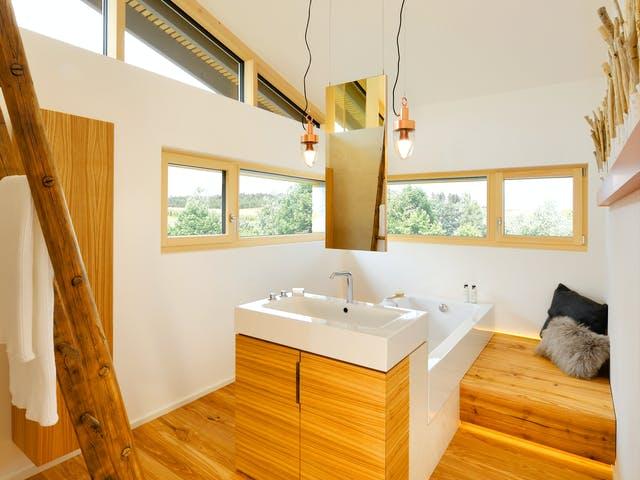 Helles Bad mit hohen Decken im Holzstil
