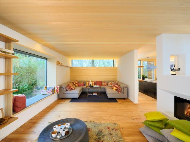 Offenes Wohnzimmer mit großer Sitzecke