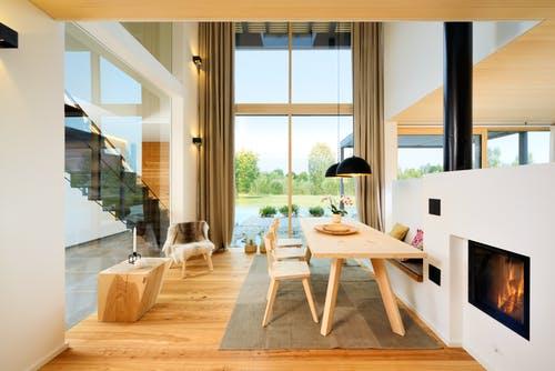 Moderne Einrichtung aus Holz im Wohnzimmer mit Kamin