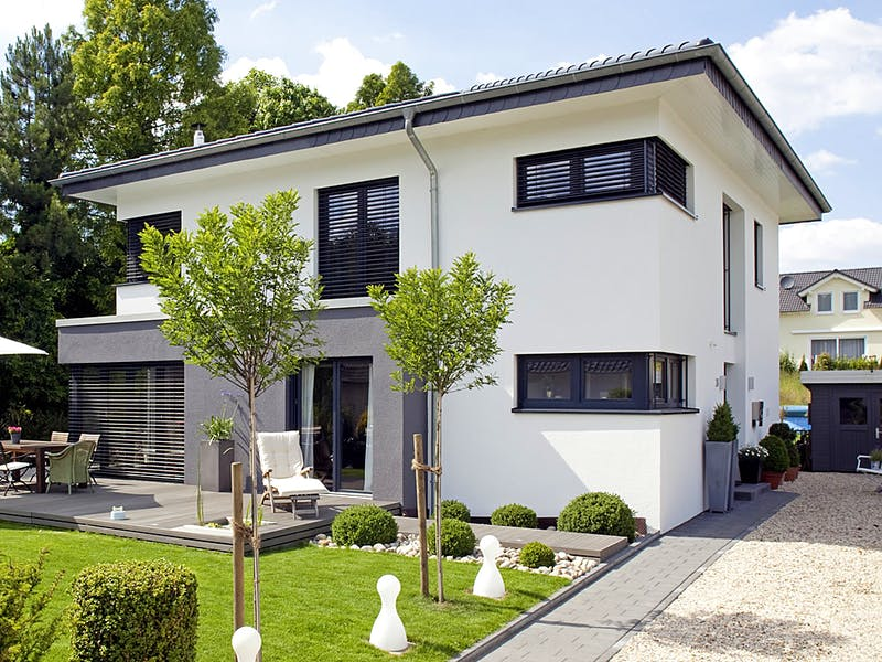 Weiße Stadtvilla von APR-Hausbau