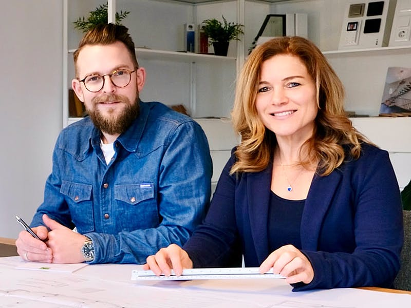 Mann und Frau planen ein Haus