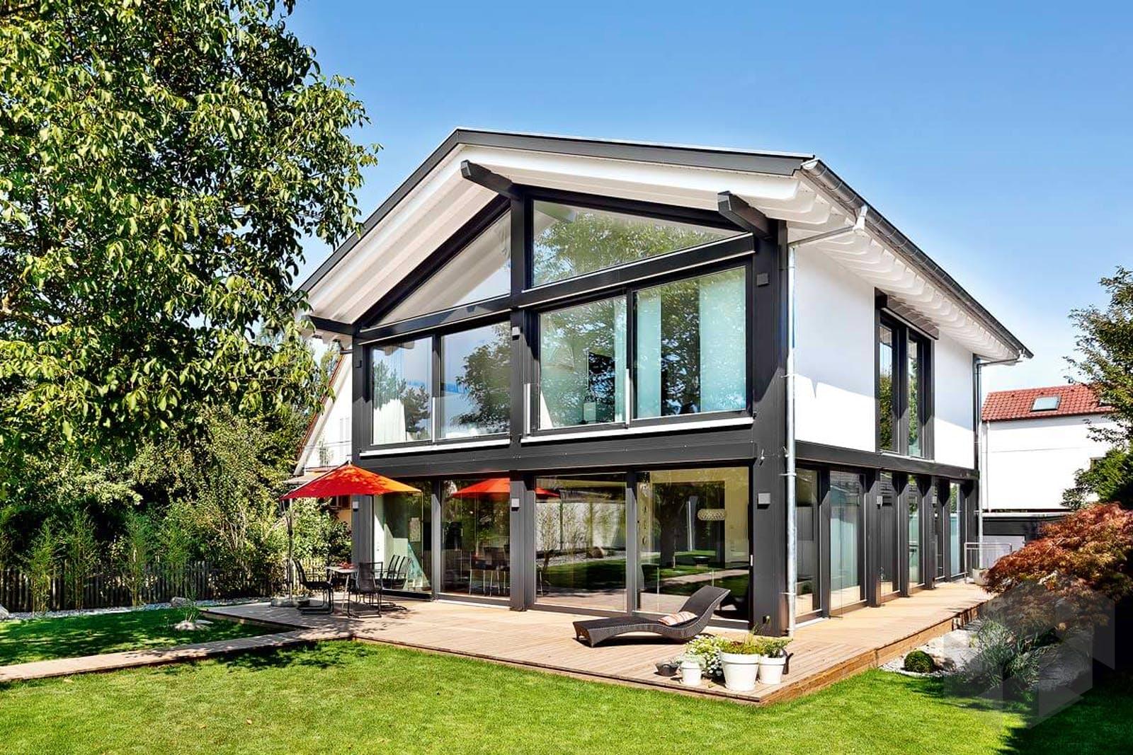 haus mit viel glas auen ein groes renoviertes haus mit falttren tren und viel glas treppen. Black Bedroom Furniture Sets. Home Design Ideas