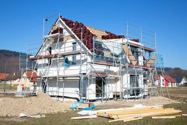 Eingerüstetes Haus während der Bauphase