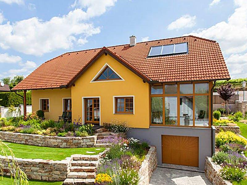 Gelbes Landhaus mit Krüppelwalmdach von Aust-Wimberger