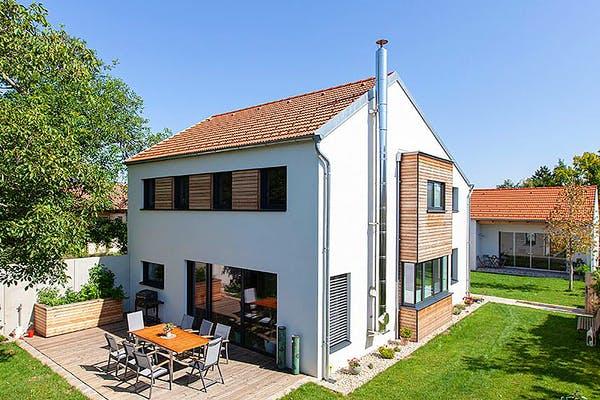 Weißes Einfamilienhaus mit Holzakzenten von Aust-Wimberger
