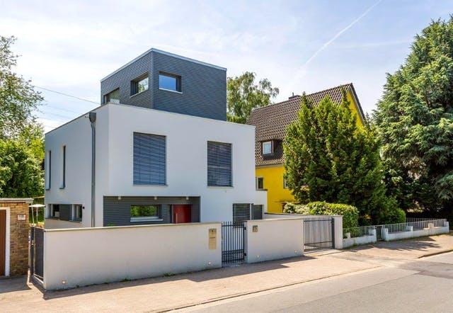 Dreigeschossiges Cubus-Haus mit kleiner Grundfläche