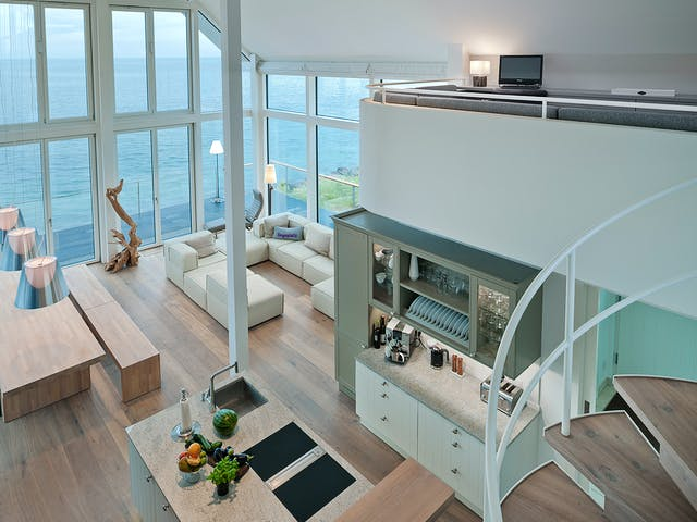 Geräumiger Wohn-Essbereich mit hohen Decken und Glasfront